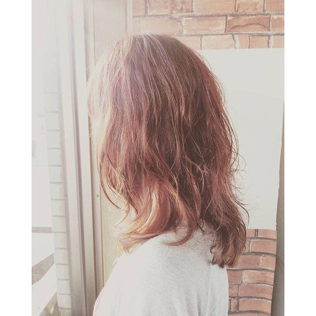 大きめカールをランダムにつけてムースで揉み混むだけカラーはウォームブラウンで柔らかく#fashion #makeup #hairstyle #hair #color #カラー #カット #美容室 #パーマ #cut #髪型 #ピンク #イメチェン #かわいい #オシャレ #ロング #perm #ヘアカタ