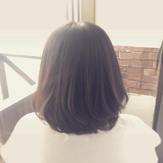 肩につく位のボブです!毛先に残ったパーマを活かしてふんわりと☆プラチナブラウンで外国人風カラーにしました!#fashion #makeup #hairstyle #hair #bob #セミロング #ロング#パーマ #perm #ゆるふわ #20代 #30代#大人女子#プラチナアッシュ #外国人風カラー #透明感カラー #福島県 #郡山美容室 #haircolor #koriyama #美容室イマジン#imagine