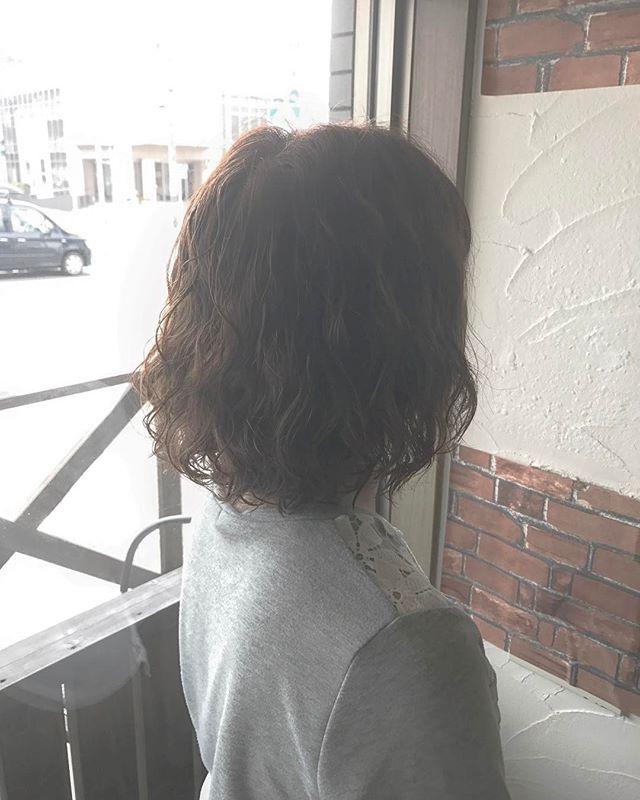 ボブのパーマスタイルです︎ムースをもみ込むだけの簡単スタイリングです♪ご自宅でセットする時にもパーマが出しやすいよう、しっかりめにかけていきました!・毛先に動きがあると、髪を結んだりした時も可愛いです( ^ω^ )「長さは変えたくないけどイメージチェンジしたい」という方はパーマオススメですよ☆・髪にダメージの少ない、優しいお薬を使用しています。毛先の傷みを気にされている方はぜひご相談下さい!・山崎・#hair #hairstyle #makeup #fashion #shorthair #mediumhair #bob #longhair #ヘア #ヘアスタイル #メイクアップ #ファッション #ショートヘア #ミディアムヘア #ロング #ボブ #パーマスタイル #perm #tocosme #コスメパーマ #ゆるふわ #簡単スタイリング #福島県 #郡山市美容室 #富久山 #美容室イマジン #イマジンヘアー #ナチュラル