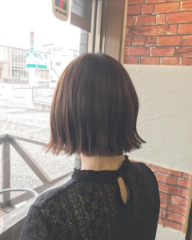 切りっぱなしボブです︎外ハネスタイリングで仕上げました!・このぐらいの長さは、首がキレイに見えますね☆・毛束感が出やすいように、毛先は間引くように軽さを出しています(^^)シアバターとオイルを混ぜて毛先になじませています!・毛先を少しウェットな質感に仕上げるだけで今年っぽいヘアになりますよ♪・髪の悩みや素朴な疑問など、なんでもご相談下さい!・山崎・#hair #hairstyle #fashion #makeup #bob #mediumhair #shorthair #longhair #beauty #ヘア #ヘアスタイル #ファッション #メイクアップ #ボブ #ミディアムヘア #ショートヘア #ロングヘア #ビューティ #外はねボブ #切りっぱなしボブ #ボブスタイリング #福島県 #郡山美容室 #富久山 #美容室イマジン #イマジンヘアー