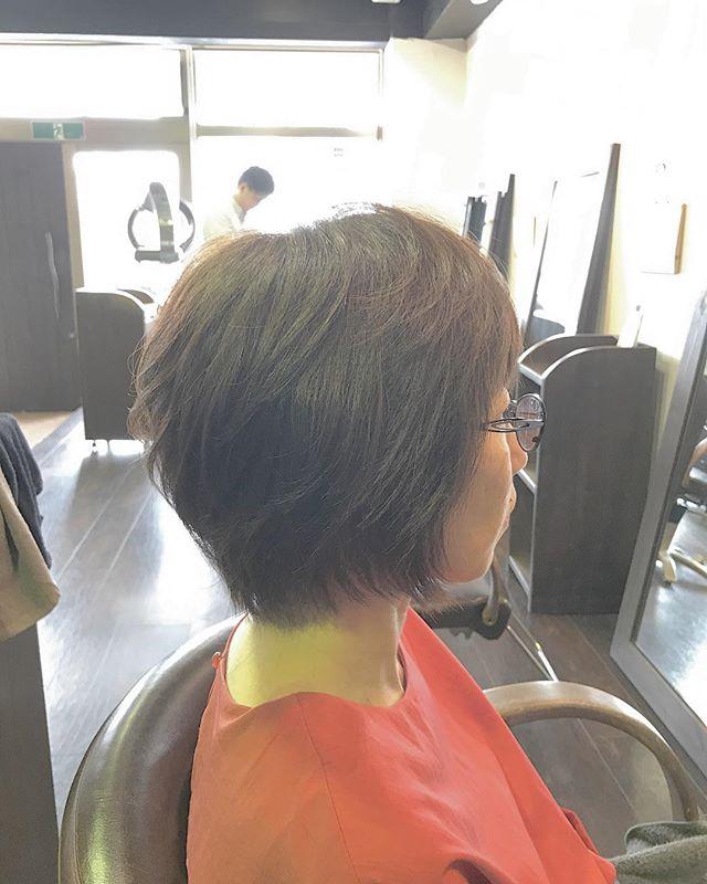 ショートスタイルです︎以前かけたパーマを活かして少し動きを出しています☆・後頭部をふっくら見せたい方は、写真のような段差をつけたショートスタイルおすすめです!・カラーは、ほんのり明るめなベージュです(^-^)抜けてオレンジ色っぽくなっていたのを、マット(緑)で抑えてより柔らかに見えるようにしました。・カラーやカットなど髪の悩みや疑問があれば何でもご相談下さいね☆・山崎・#hair #hairstyle #haircolor #fashion #makeup #beauty #shorthair #mediumhair #bob #longhair #ヘアスタイル #ベージュカラー #マット #throw #throwカラー #ファッション #メイクアップ #ビューティー #ショートヘア #ショートボブ #ボブ #ミディアムヘア #ロングヘア #福島県 #郡山美容室 #富久山 #美容室イマジン #イマジンヘアー