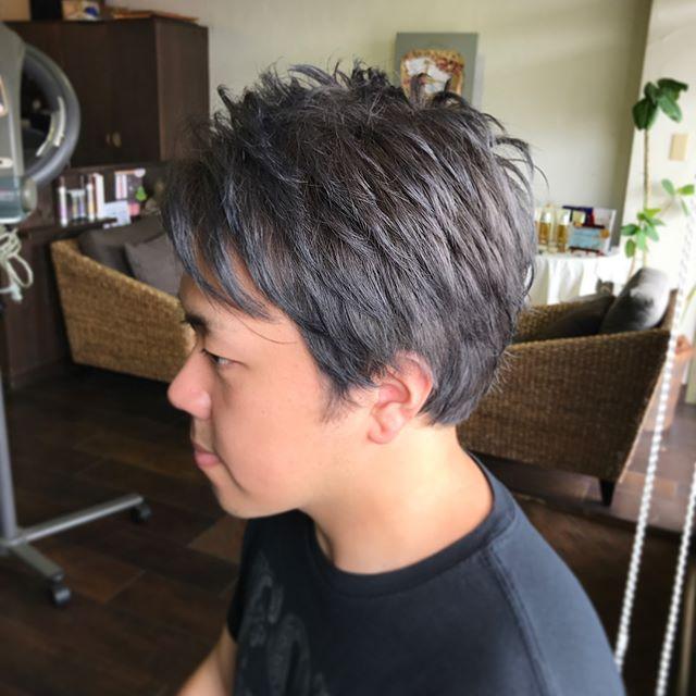 シルバーグレイのカラーです︎・鮮やかな色味を出したかったので、ブリーチで明るいベースを作ってから、グレー系のアッシュのお色味を入れています☆・元々の髪の黄色味を抑えるために、ブルーとバイオレットを少量足していきました☆・徐々に色落ちして色味が変わっていくのを楽しんでいただけるカラーです♪・ベースの髪色によって施術の内容が変わってきますので、やってみたい方はぜひご相談下さいね☆・山崎・#hair #hairstyle #haircolor #fashion #makeup #shorthair #bob #medium #longhair #ヘア #ヘア #ヘアカラー #ダブルカラー #シルバーグレー #throw #throwカラー #monotone #モノトーンアッシュ #福島 #郡山 #郡山美容室 #富久山 #美容室イマジン #イマジンヘアー