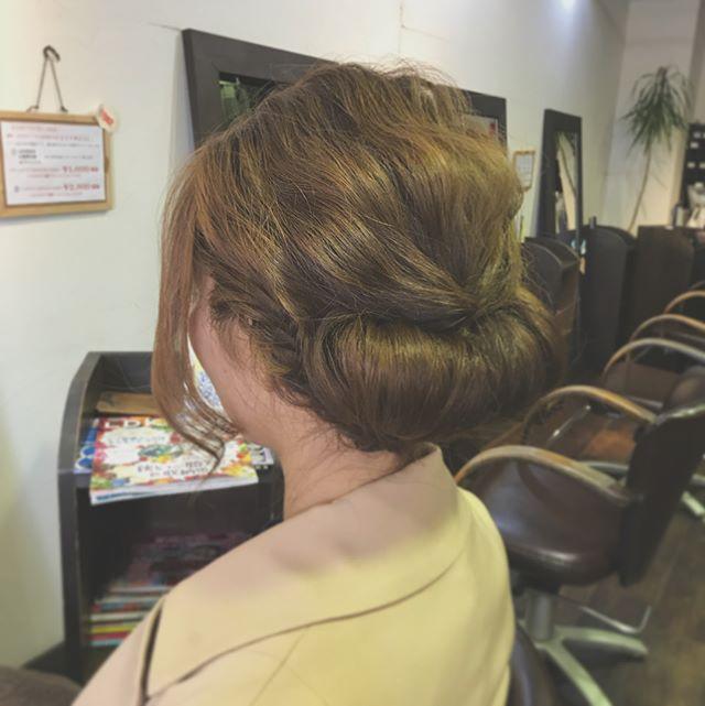 結婚式のお呼ばれセットです️・トレンドのギブソンタックで少しクラシカルな雰囲気に☆ハイトーンの髪色が、ほどよく軽さを出してくれています♪・サイドから作ったフィッシュボーンがさりげないポイントに・来月も、まだまだ結婚式シーズンが続いています。セットでお悩みの方は、何でもご相談下さいね!・イマジン富久山  山崎・#hair #hairstyle #fashion #makeup #beauty #hairarrange #ヘア #ファッション #メイクアップ #ビューティ #ヘアアレンジ #ヘアセット #ギブソンタック #フィッシュボーン #結婚式ヘアセット #お呼ばれヘア #福島 #郡山美容室 #富久山 #美容室イマジン #イマジンヘアー